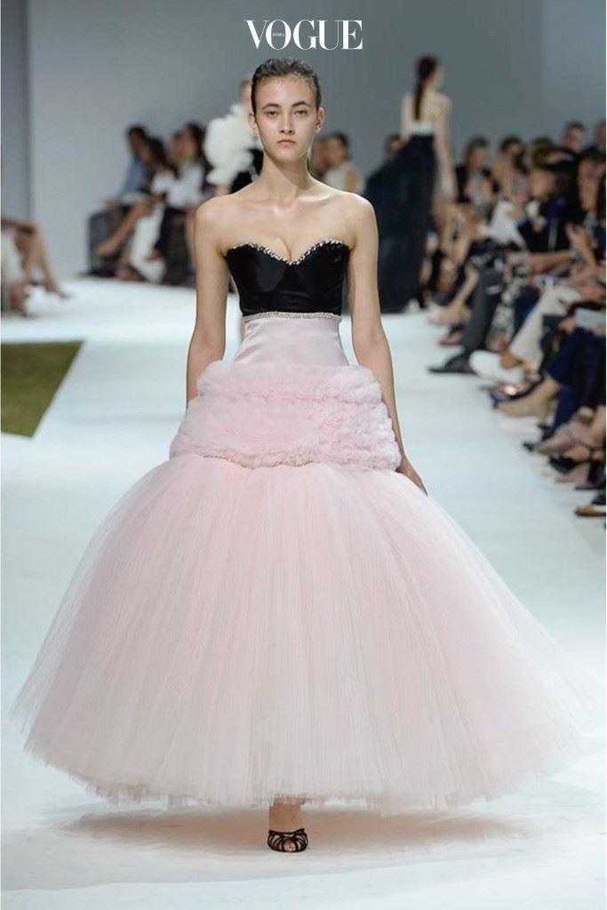 4개의 다른 소재와 톤으로 이루어져있는 드레스.