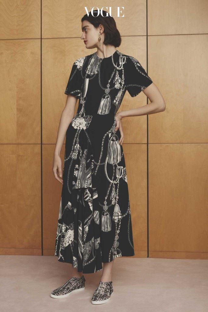 클래식한 무드의 프린트 드레스.