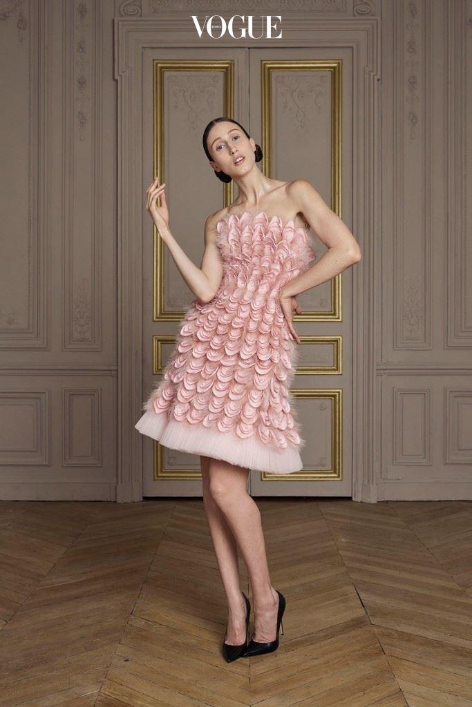 깃털, 진주 조각으로 장식된 페일 핑크 드레스.