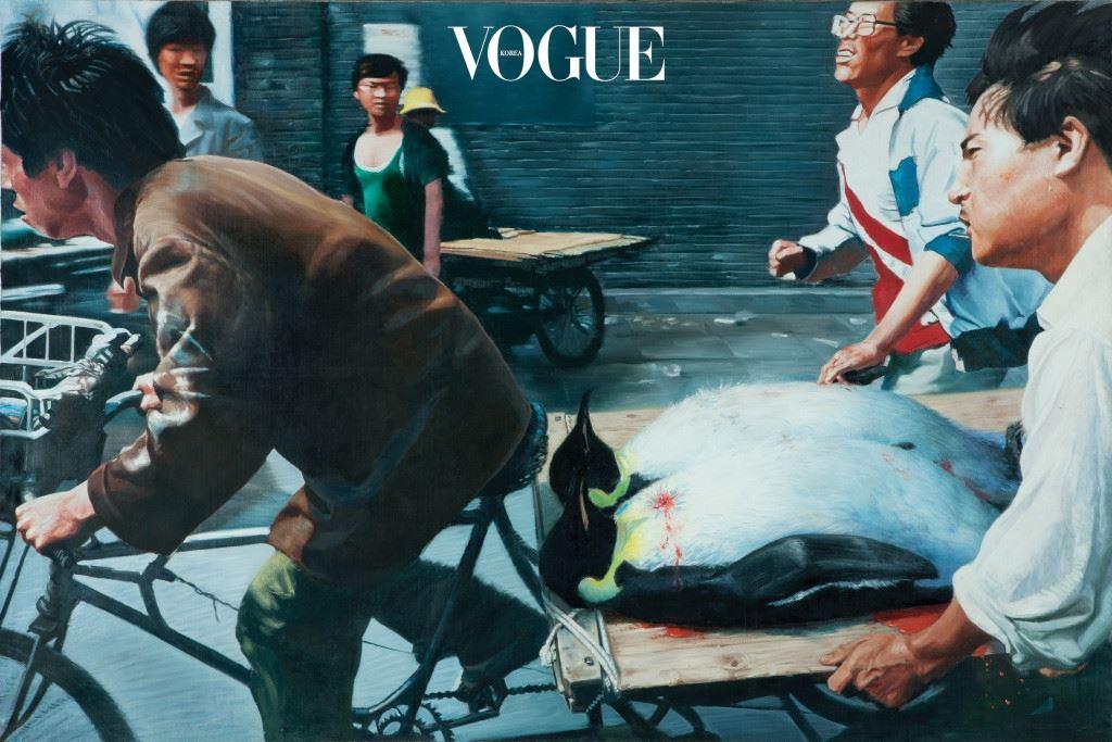 """중국만 빼고 모두가 좋아하는 예술가, 아이웨이웨이의 '스틸 라이프 1995~2000'를 보기 위해서는 천안문 사건을 가장 잘 표현한 왕싱웨이 (Wang Xingwei)의 'New Beijing'을 지나쳐야 했다. 온몸에 총알이 박힌 시신을 수레에 싣고 가던 베이징 주민을 담은 유명한 이미지는 사람을 펭귄으로 대체한 초현실주의적인 그림으로 다시 태어났다. """"제가 가장 좋아하는 작가 중 한 명이에요. 이 그림이 홍콩에서 공개되었을 때 우려가 많았어요. 아이러니한 건 중국 본토에서는 오히려 알아차리지 못한다는 거예요."""" 정도련은 천안문 사건의 민주화 시위를 찍은 류홍싱(Liu Heung Shing)의 사진 앞에서 부연 설명했다. """"천안문 사태를 언급할 때마다 거론되는 유명한 사진 있잖아요. 탱크 앞에 사람이 서 있는. 그걸 중국의 대학에서 보여주면 학생들이 모른대요. 완전히 삭제된 거죠. 중국 본토에서 보여줄 수 없는 작품, 정치적으로 민감할 수밖에 없는 사안을 거리낌없이 보여준다는 점에서, 이 전시는 M+에 있어 매우 중요해요. 요즘 자기검열이 있지 않느냐는 질문을 자주 받아요. 하지만 이 작품들이 검열된 작품으로 보이나요?"""""""