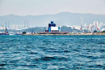 홍콩으로 여행을 간다면 구룡 섬 끝에 내걸린 오렌지색 간판 'West Kowloon Cultural District'를 눈여겨보기 바란다. 이는 홍콩에서 중국을, 세계를 품고자 하는 시각문화미술관 M+가 주도하는 예술적 변혁의 야심 찬 예고편이다. M+의 수석 큐레이터 정도련과 아직 지어지지 않은 미술관을 둘러보며, 이 '쇼핑 천국'의 문화 지형과 생태계가 변화하고 있음을 감지했다.