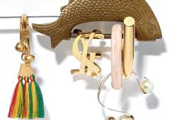 (왼쪽부터)원색의 술 장식에 방울까지 달린 에스닉한 골드 뱅글은 끌로에(Chloé). YSL 로고 장식의 클래식한 뱅글은 생로랑(Saint Laurent). 마치 클립처럼 풀었다 조일 수 있는 핑크 레진 장식의 뱅글은 루이 비통(Louis Vuitton). 드라마틱한 커브 위로 큼직한 진주를 멋지게 장식한 뱅글은 디올(Dior).