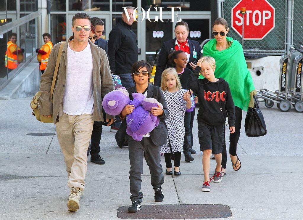 안젤리나 졸리(Angelina Jolie) 출산과 입양을 통해 얻은 자녀가 무려 6명?! 입양한 매덕스, 팍스, 자하라를 비롯해 브란젤리나 커플의 유전자를 그대로 물려 받은 실로, 비비엔, 녹스까지. 안젤리나 졸리와 브래드 피트는 그야말로 '대가족'의 중심에 있습니다.