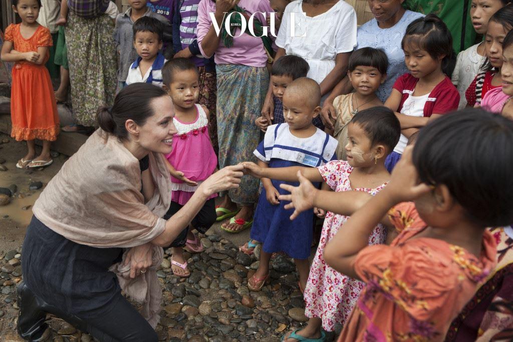 안젤리나의 인권문제에 대한 관심은 2000년 영화  촬영을 위해 캄보디아를 방문하면서 시작됐습니다. 그녀는 캄보디아에서 매덕스, 에티오피아에서 자하라, 그리고 브래드 피트와 함께 베트남에서 팍스를 입양했지요.