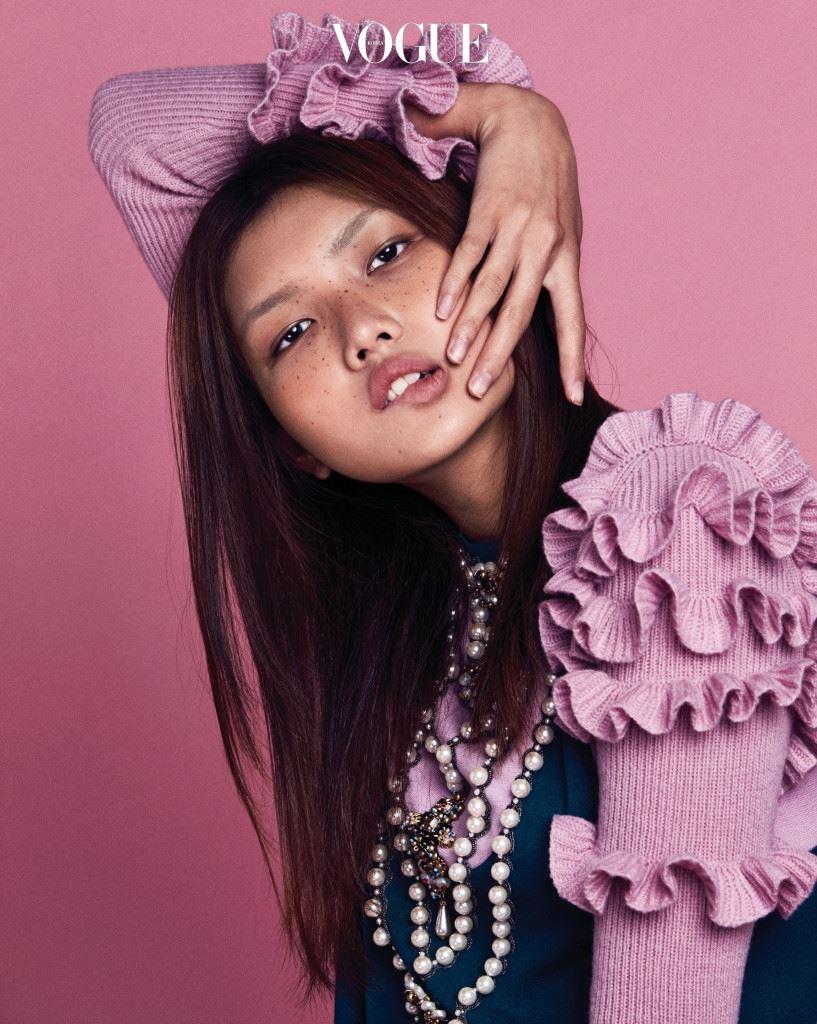 소매 부분의 러플 장식과 앞부분의 화려한 네크리스 장식이 돋보이는 니트 미니 원피스는 구찌(Gucci).