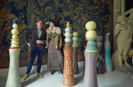 요한 크레텐의 아틀리에는 모더니스트의 시선이 어딜 향하는지 보여준다. 놀라울 정도로 다양한 시대의 문화적 산물은 그에게 미래의 유산이자 예술적 계보다. 퍼 장식 엠브로이더리 재킷과 화려한 패턴의 드레스는 에트로(Etro), 파이톤 롱 부츠는 생로랑(Saint Laurent), 비즈 장식의 볼드한 귀고리는 브라이덜코코 바이 JH(Bridalcoco by JH).