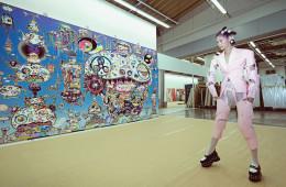 아트 비즈니스의 규칙을 새롭게 창조하여 선포한 최고의 스타 예술가, 무라카미 다카시. 그의 거대한 공장은 완벽한 시스템을 갖춘 생산 현장이자 무라카미식의 예술 투쟁이 벌어지는 오해와 편견의 해방구다. 구조적인 실루엣의 페이턴트 재킷과 팬츠는 꼼데가르쏭(Comme Des Garçons), 스터드 장식 플랫폼 로퍼는 지방시(Givenchy).