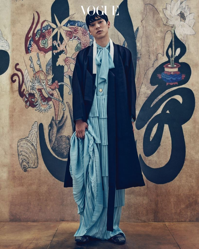 두루마기는 김혜순 한복(Kimhyesoon Hanbok), 리본 칼라가 돋보이는 하늘색 플리츠 롱 드레스는 YCH, 블로퍼는 구찌(Gucci).