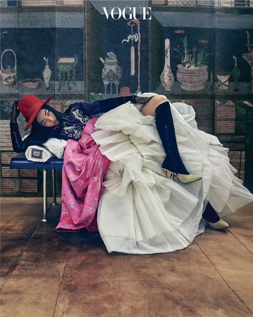 화려한 자수 장식의 웨스턴 셔츠는 페이(Fay), 꽃분홍 양단 치마는 김혜순 한복(Kimhyesoon Hanbok), 풍성한 단속곳은 진주상단(Jinjusangdan), 빨간 펠트 모자와 시스루 장갑은 구찌(Gucci), 스웨이드 부츠는 지방시(Givenchy by Riccardo Tisci). 자수 베개는 규방도감.