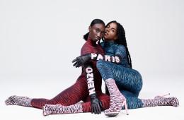 겐조의 시그니처인 호랑이 무늬가 돋보이는 저지 롤 넥 탑과 하이 웨이스트 레깅스에 겐조 로고가 프린트된 긴 가죽 장갑, 자카드 니트 부츠. 모델은 에이미 셀 (Amy Sal l: 뉴욕의 학생이자 활동가, SUNU 창립자)과 줄리아나 헉스터블 (Juliana Huxtable : 뉴욕의 아티스트, 시인, DJ)이다.