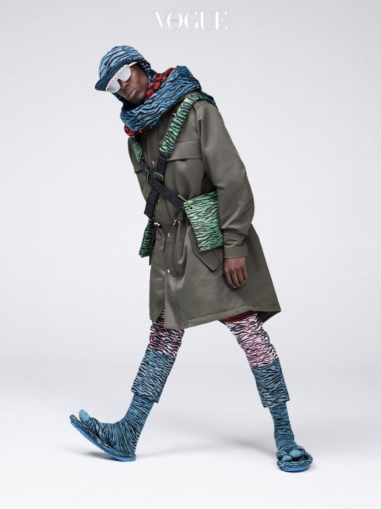 탈 부착이 가능한 프린트 칼라가 달린 파카와 블랙 컬러의 타이거 프린트 진에 패딩 플리 플롭, 호랑이 무늬의 모자와 우븐 스카프, 크로스 백을 매치했다. 모델은 오코 이봄보(Oko Ebombo : 파리의 뮤지션, 퍼포먼스 아티스트, 밴드 19 리더).
