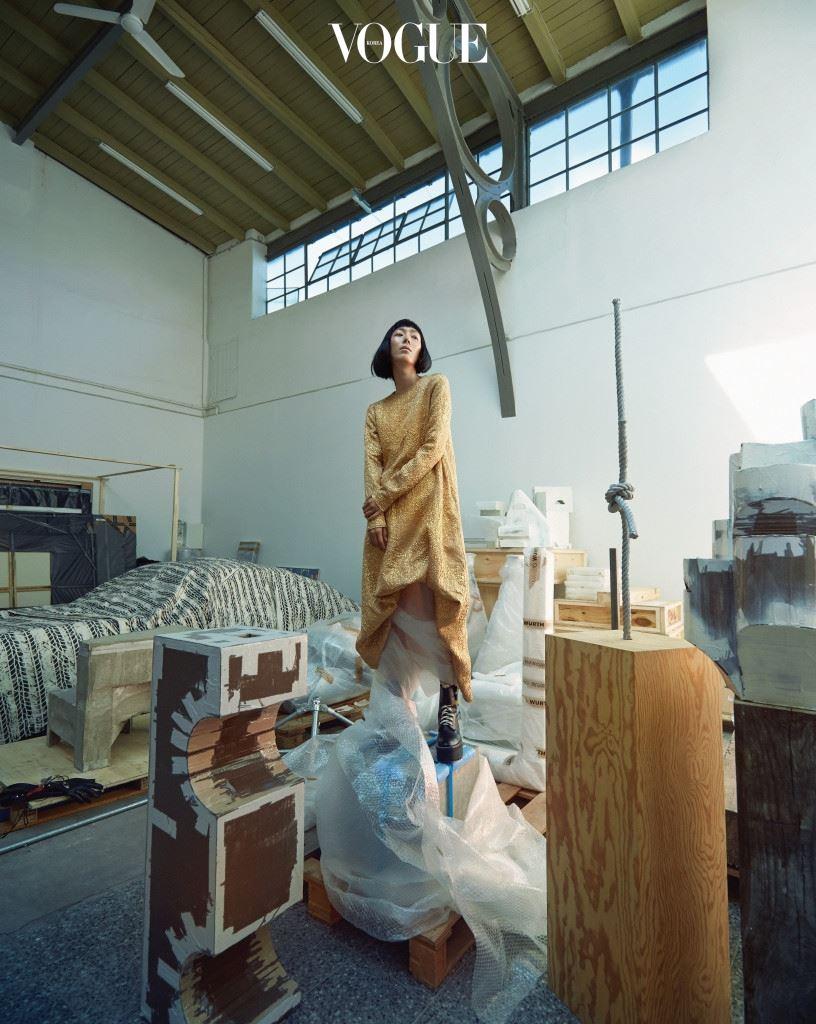 골드 드레스는 로샤(Rochas), 워커는 루이 비통(Louis Vuitton).