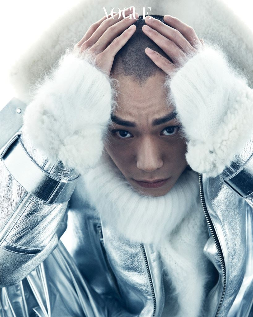 메탈릭한 컬러로 뒤덮인 무톤 바이커 재킷과 흰색 앙고라 터틀넥은 베르사체(Versace).