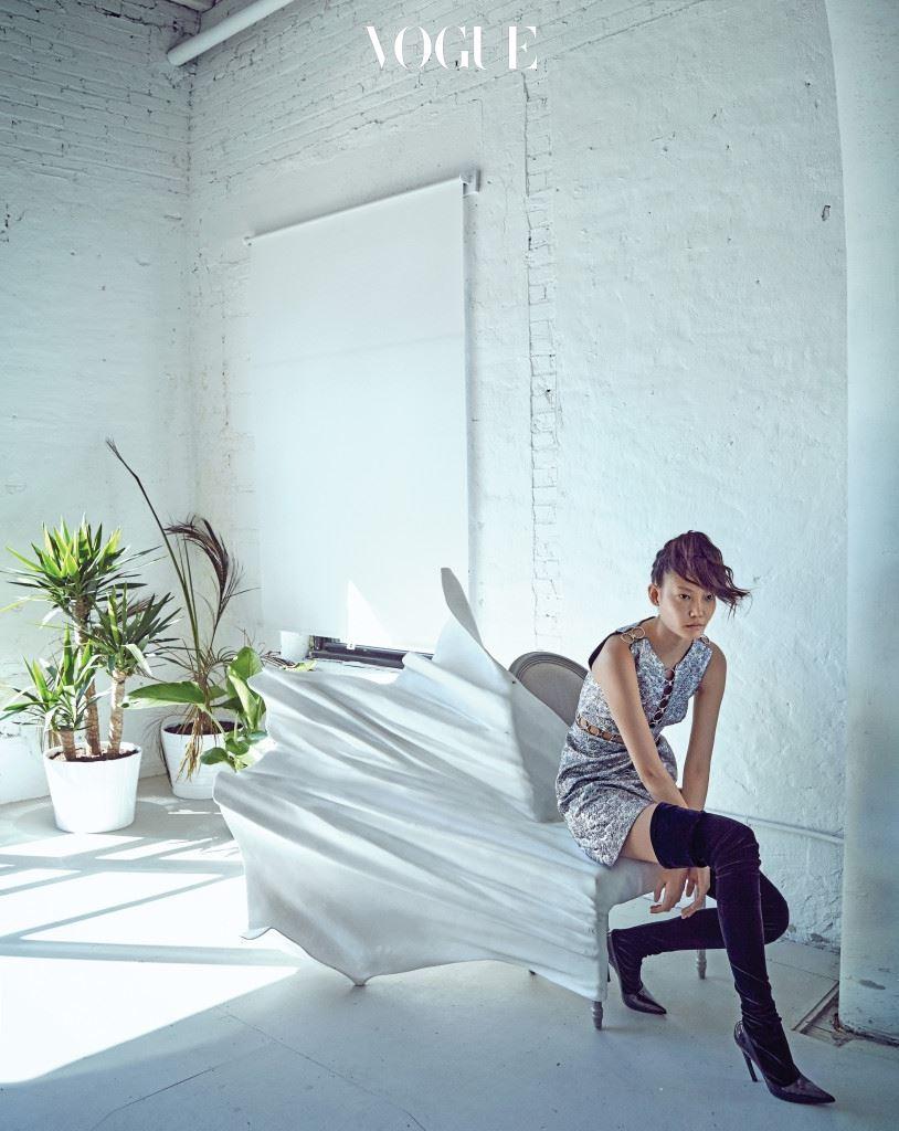 미니 드레스는 마이클 코어스(Michael Kors), 싸이 하이 부츠는 발렌시아가(Balenciaga).