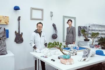 다니엘 아샴은 누구라도 미래로 순간이동시킬 수 있다. 농구공, 전화기, 턴테이블 등 우리의 일상을 변모시킨 그의 작품은 고고학 박물관에 간 듯 역설적으로 '지금'을 더 강렬하게 만든다.