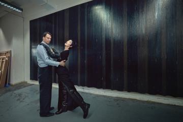 온갖 종류의 테이프가 산처럼 쌓인 그레고어 힐데브란트의 아틀리에에서는 언제나 들리지 않는 음악이 흘러나온다. 테이프로 만든 작품 앞에서는 누구나 춤출 준비를 해야 한다. 우아한 실루엣의 롱 드레스, 롱 글러브와 페이턴트 소재 롱 부츠는 발렌시아가(Balenciaga)