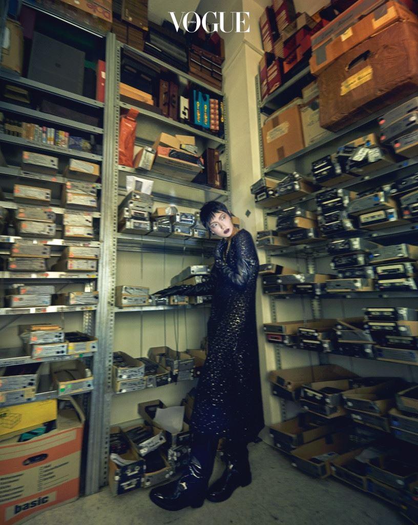 롱 드레스와 하트 펜던트 목걸이는 샤넬(Chanel), 롱 글러브와 페이턴트 소재 롱 부츠는 발렌시아가(Balenciaga).