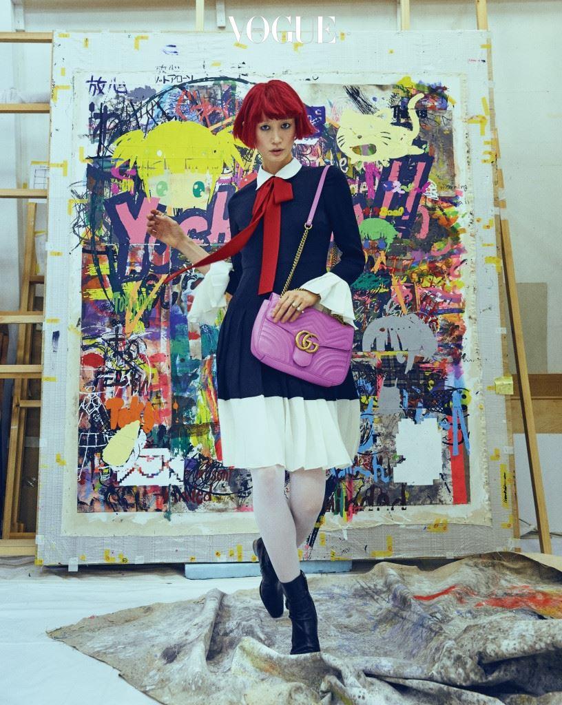 리본 장식과 플리츠 스커트가 소녀스러운 느낌을 주는 드레스, 로고가 세련된 핑크색 백, 진주 장식 트윈 링과 버클 장식 블랙 부티는 구찌(Gucci).