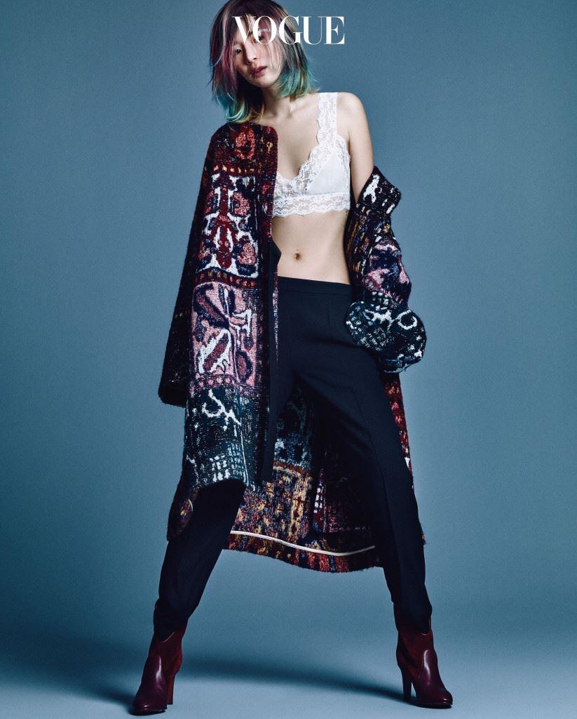 """그녀는 자신이 제시하는 끌로에가 70년대 끌로에 룩이 실제로 그랬던 것보다 훨씬 로맨 틱하고 히피스럽다는 걸 부인하지 않는다. 당시 라거펠트의 접근은 초현실주의적이었 고, 그의 디자인에는 많은 예술 작품과 유머 코드에 대한 참고(웨이트 켈러는 1984년 S/ S 컬렉션의 전구 드레스와 가위 드레스를 예로 들었다)가 있었다. 로맨티시즘이 있긴 했지만, 컨셉추얼한 디자인에 비하면 미미한 수준이었다. 그녀가 생각에 잠긴 얼굴로 팔을 움직이자 앤티크한 금속 팔찌들이 찰랑거리는 예쁜 소리를 냈다. """"변치 않는 사실은 끌로 에에는 늘 강한 관점과 태도가 있었다는 겁니다."""""""