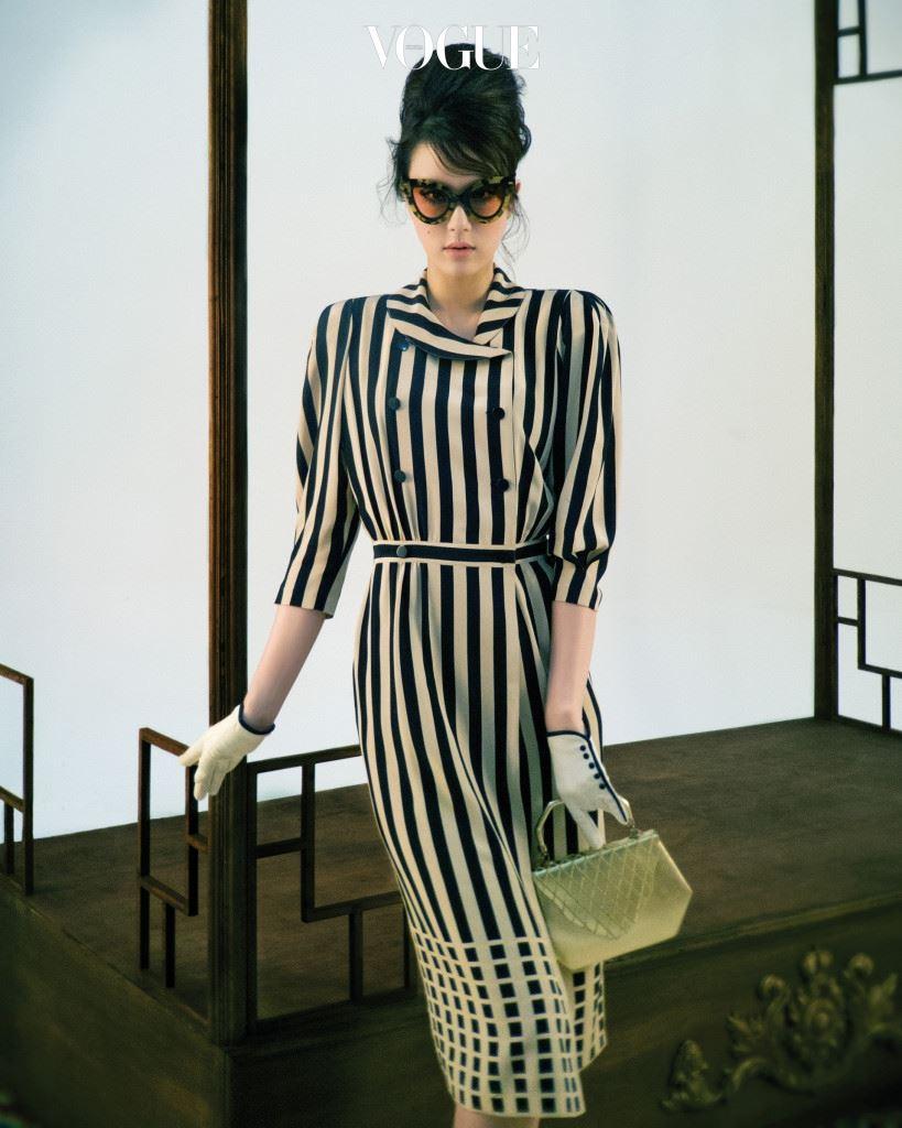 메이드 인 코리아 실크 수출의 황금기, 기성복 디자인에 도전한 노라 노는 한국산 실크로 제작한 드레스로 1979년 뉴욕 메이시 백화점의 쇼윈도를 점령했다. 투 버튼으로 된 스트라이프 원피스는 당시 주문이 가장 많았던 노라노의 시그니처 드레스. 스트라이프 실크 원피스는 노라노(Nora Noh). 호피 선글라스는 푸시버튼(Pushbutton), 금색 백은 차이 김영진(Tchai Kimyoungjin), 장갑은 스타일리스트 소장품.