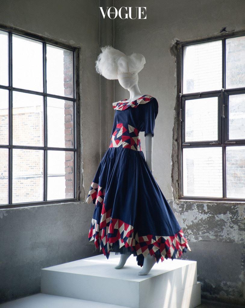 조각보 드레스 우리 고유의 패션 유산인 무명을 연구해온 무명 디자이너 문광자의 조각보 드레스. 80년대풍으로 어깨를 강조한 라운드 네크리스와 풍성한 치마 라인이 돋보이는 파란색 드레스는 드맹(Demain).