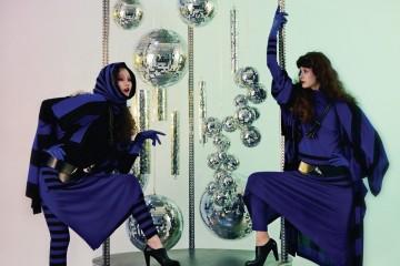 두 모델이 입고 있는 과감한 스트라이프 니트 톱과 카디건, 치마, 레깅스, 굵은 벨트, 구두, 목걸이는 루비나(Rubina).