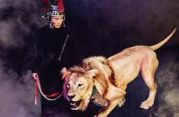 이병헌 | 배우검은색 터틀넥, 팬츠, 칼라에 금속 장식이 달린 코트는 레쥬렉션(Resurrection). 장소 / 서대문 자연사박물관헤어 / 임희성 메이크업 / 박이화