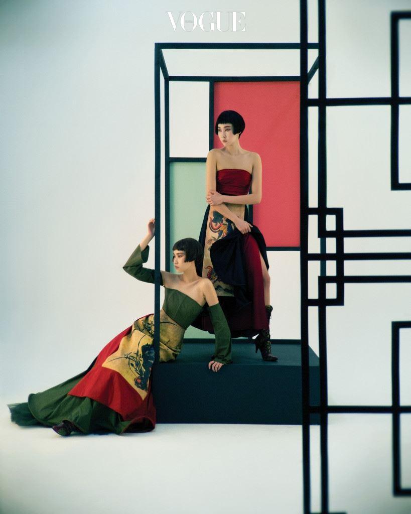 코리아니즘 II 가장 한국적인 옷을 만들어온 디자이너 설윤형은 조선시대 민화를 패션에 접목시켰다. 한복 치마를 겹겹이 입듯 와이어 치마를 입고 그 위에 민화 치마를 덧치마처럼 둘렀다. 김원경이 입은 소매가 붙은 초록색 튜브 톱과 치마, 빨간색 민화 치마, 한혜진이 입은 빨간색 튜브 톱과 치마, 검은색 민화 치마, 부츠는 설윤형(Sul Yun Hyoung).