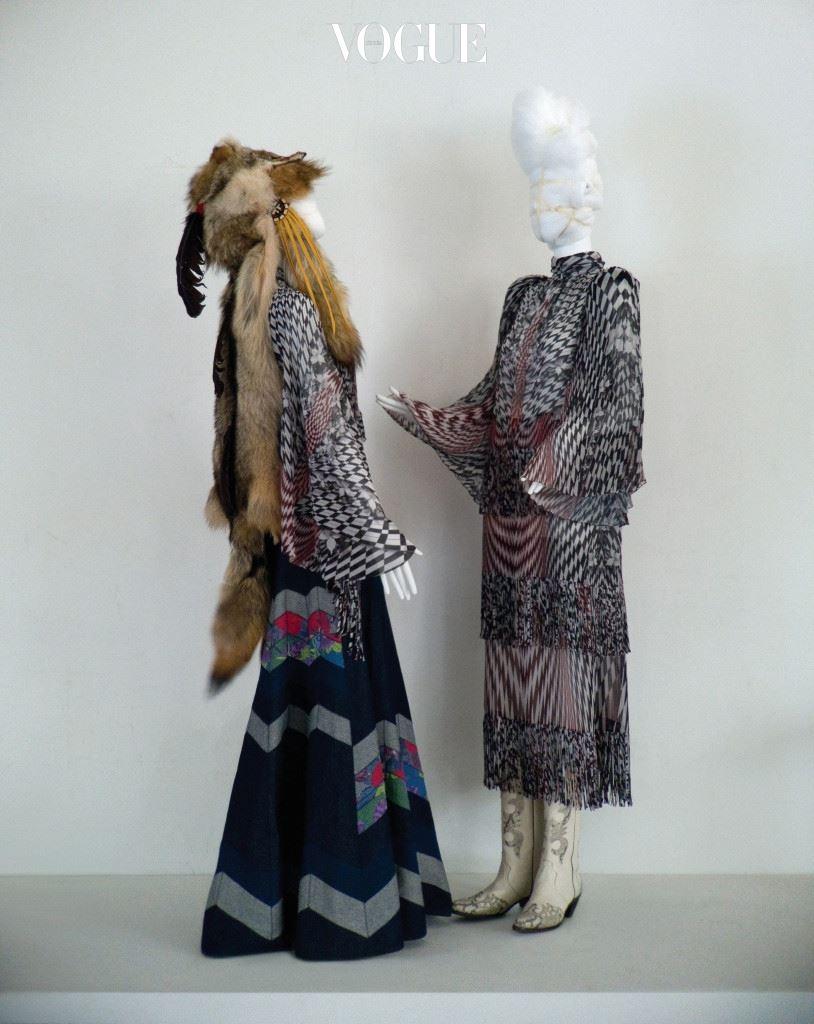 고급스러운 히피풍 드레스 역시 이들의 작품. 진으로 만든 플레어 스커트와 기하학적인 프린트의 판초 디자인 셔츠, 드레스, 여우털 모자, 카우보이 부츠는 강진영&윤한희.