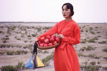 문정희 | 배우 주황색 원피스는 라크라프트(LaCRAFT). 헤어 / 한지선 메이크업 / 박혜령