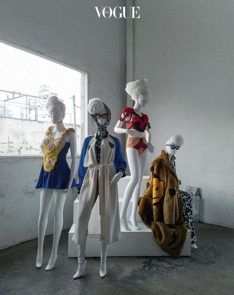 스티브제이앤요니피의 초기 런던 컬렉션에서 이슈가 된 아프리칸 드레스. 박승건은 푸시버튼의 시그니처인 반려견의 언어라는 주제로 레오퍼드 패턴과 유니크한 프린트를 엮은 곰돌이 로고 룩으로 파격을 만들어갔다. 다양한 소재를 믹스한 미니 드레스, 톱과 니트 쇼츠는 스티브제이앤요니피(Steve J&Yoni P). 호피 무늬와 스마일 퍼 코트, 실키한 소재의 야구 점퍼는 푸시버튼(Pushbutton).