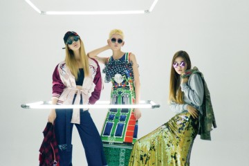 힙합과 스트리트 패션을 적절히 믹스한 디자이너 원지연과 이주호, 대범한 프린트의 디자이너 곽현주, 트렌디한 스트리트 룩의 디자이너 계한희! 21세기 패션의 새 얼굴들이다. 스카잔과 90년대풍의 체크무늬 크롭트 아우터, 청바지, 모자는 알쉬미스트(R.shemiste), 다양한 컬러와 소재를 믹스한 프린트 드레스는 곽현주 컬렉션(Kwak Hyun Joo Collection), 회색 맨투맨과 밀리터리 재킷, 스팽글 롱스커트는 카이(Kye), 선글라스는 옵티션 찰리(Optician Charlie at BCD Korea).