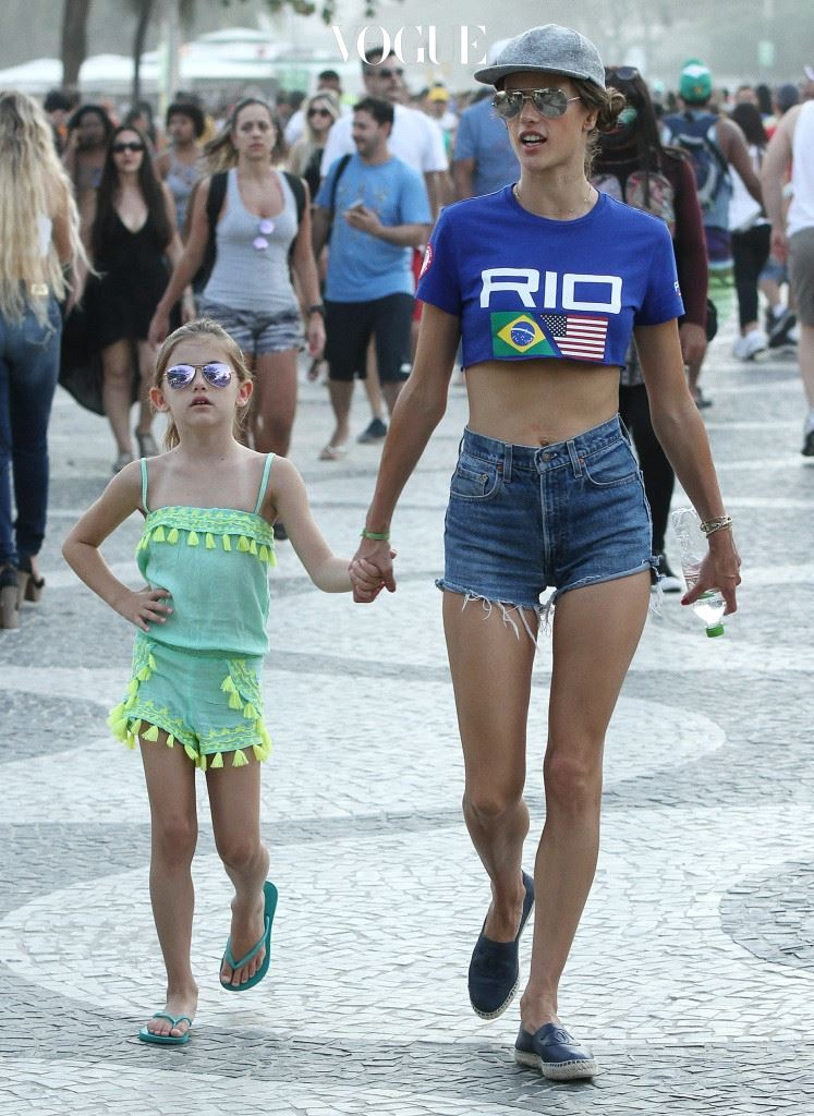 올림픽 티셔츠 차림으로 딸 안야와 함께 경기장을 찾은 알레산드라 앰브로시오.