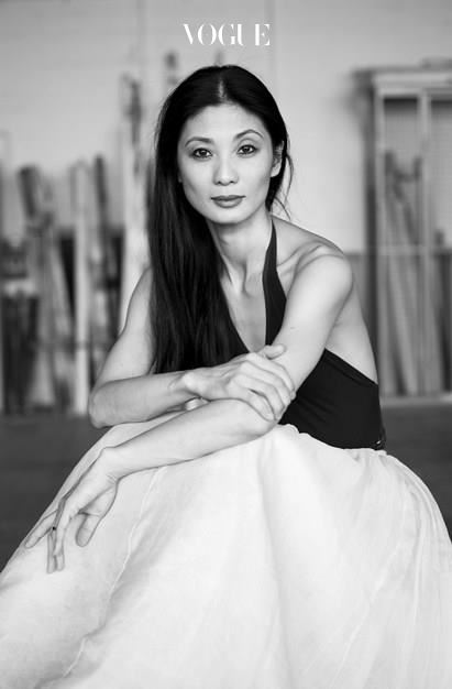 1986년 슈투트가르트 발레단에 합류한 강수진은 이 발레단 최초, 최연소 아시아인이라는 기록을 세웠다. 1994년에 솔리스트로 선정, 1997년에 수석 발레리나로 등극했고, 1999년에는 발레계의 오스카상인 '브누아 드 라 당스'를 수상했다. '춤의 영예'라는 뜻을 가진 이 상을 받으며 한국인들에게 자부심을 심어준 그녀는 입단 후 30년간 슈튜르가르트 발레단의 프리마돈나로 활약, 종신 단원이 됐다.