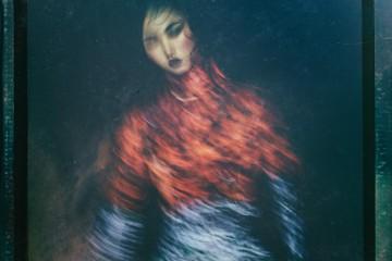 "Photographed by Jang Duk Hwa'Portrait of a Lady' '여인의 농밀한 초상'. 장덕화의 작업은 '한 장의 아주 멋진 포트레이트'에서 시작됐다. ""모호한 이미지를 담고 싶었다. 그림도 사진도 아닌, 뚜렷하거나 선명하지 않은 몽환적 느낌!"" 이를 위해 저속 셔터를 사용했고 조명은 최소화. 또 옛날 필름 사진 느낌을 위해 폴라로이드 필름 프레임까지. 의상은 디올(Dior).에디터 / 손은영 모델 / 배윤영 헤어 / 한지선 메이크업 / 오미영"