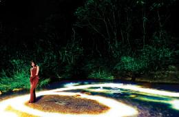 "Photographed by Kim Yeong Jun양평 사나사 계곡에 피어난 초록 산수화. 미래적인 녹색을 내뿜는 숲과 빛으로 충만한 물 위에 모델이 서 있다. 어두운 밤, 라이트 페인팅과 지속광을 이용, 장노출로 인위적인 빛을 연출한 이미지. ""사진은 빛이 없으면 완성되지 않는다. 빛이 있어야 색도 만들 수 있다. 빛을 이용한 비현실적 공간을 연출하고 싶었다."" 스트라이프 드레스는 크리스토퍼 케인(Christopher Kane).에디터 / 손은영 모델 / 최소라 헤어 / 한지선 메이크업 / 이미영"