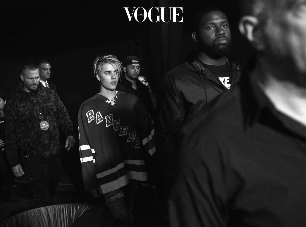 INGLEWOOD, CALIFORNIA - APRIL 03:  (EDITORS NOTE: Image was shot in black and white. A color version is not available.) Singer Justin Bieber (C) backstage at the iHeartRadio Music Awards at The Forum on April 3, 2016 in Inglewood, California.  (Photo by Charley Gallay/Getty Images for iHeartRadio / Turner)