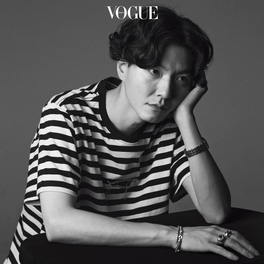 권문수는 과거의 취향을 잊지 않는다. 어릴 때 룰라의 팬클럽이었던 기억을 담아 최신 컬렉션을 완성했고, 예능 프로그램 에 출연해 룰라 '덕밍아웃'을 할 정도다. 하지만 그에게 예전이나 지금이나 소중한 건 룰라뿐만이 아니다. 브랜드의 첫 한국인 룩북 모델 남주혁, 포트레이트에서도 슬쩍 보이는 시계, 그의 옷처럼 단정함을 풍기는 향수 등등. 여러 해외 브랜드에서 경험을 쌓을 때부터 서울에서 자신의 컬렉션을 이끌고 있는 지금까지, 'Munsoo Kwon' 권문수의 취향은 시간, 장소, 장르에 구애받지 않는다.