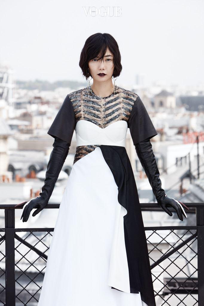 """로 칸 영화제에 갈 때 그녀는 니콜라 제스키에르가 배두나 의 손목 둘레 치수까지 재어 공들여 만든 블랙 드레스를 입었다. 그리고 루이 비통의 글로벌 광고 캠페인 '시리즈 4'의 모델이 됨으로써 한국 배우 로는 처음으로 글로벌 명품 브랜드의 뮤즈가 되었다. """"매년 니콜라와 여름휴가를 함께 가요. 피에르 아르디 같은 다른 친구들도 함 께하죠. 이번에도 네 방은 항상 비어 있으니, 시간이 나면 꼭 오라고 하더 군요. 그래서 이렇게 답했죠. 미안하지만 제일 바쁜 시간이야!(웃음) 우 린 둘 다 사교적인 편도 아니고, 혼자 생각하는 걸 좋아한다는 공통점이 있어요. 나는 그를 아티스트로서 존경하지만, 우린 거창한 야 망이나 일에 대한 이야기가 아니라 소소한 고민을 상담하며 밤을 지새워 요. 그러고 보니 그곳에 너무 가 있고 싶네요!"""""""