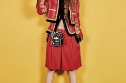 의상은 지방시(Givenchy), 슬리퍼는 구찌(Gucci), 귀고리와 영사기 모양 클러치백은 샤넬(Chanel).