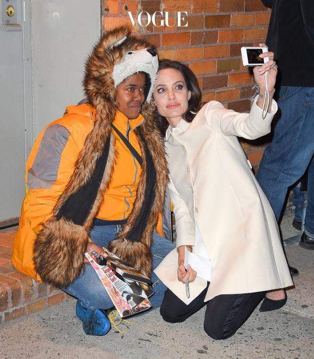 안젤리나 졸리 (Angelina Jolie) 자신을 보고 눈물을 쏟아버린 팬을 위해 무릎까지 꿇은 그녀!