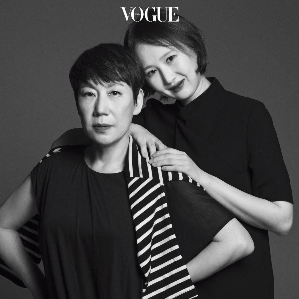 우영미와 정유경 모녀는 둘이 함께한 다섯 번째 컬렉션을 마치고 서울로 돌아왔다. 정유경은 2015년 S/S 컬렉션부터 'Wooyoungmi' 컬렉션에 젊은 기운을 주입했다. 그녀는 그 과정이 결코 쉽지 않았다고 털어놓았고, 우영미는 정체성에 변화를 시도하는 건 고심을 거듭할 수밖에 없는 과정이라고 덧붙였다. 서로 다른 세대, 서로 다른 두 사람의 치열한 설득과 충돌은 매 시즌 반복된다. 그럼에도 공존할 수 있는 건 모녀가 서로의 감도 높은 심미안을 공유하기 때문이다.