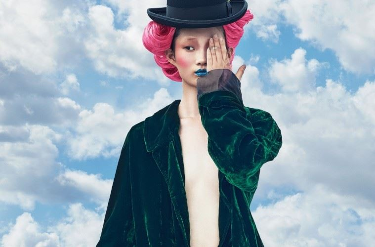 짙은 초록빛 벨벳 롱 코트와 앞쪽은 진한 핑크빛 벨벳을, 뒤쪽은 가죽을 덧댄 스키니 팬츠가 대비를 이룬다. 모자는 뉴욕 햇(New York Hat).