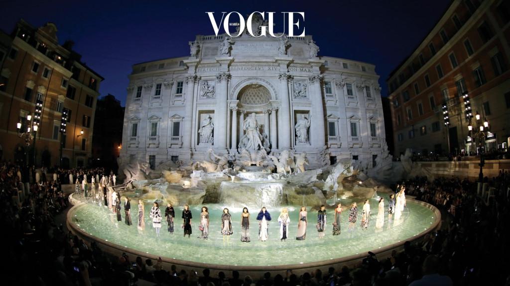 로마의 관광 명소인 트레비 분수 위에 모델들이 떠다니는 듯한 환상적인 쇼를 연출한 펜디 오뜨 꾸뛰르의 피날레.