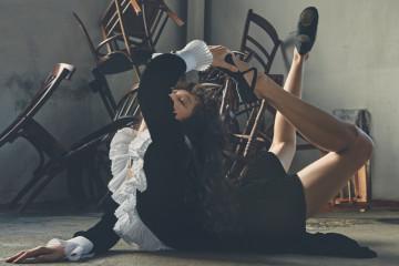 아코디언 플리츠 칼라가 돋보이는 벨벳 이브닝 드레스는 귀족적인 이미지를 연출한다.