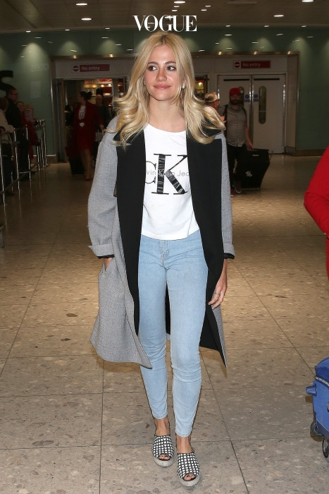 CK캘빈 클라인 티셔츠를 입고 런던 히드로 공항에 도착한 픽시 로트