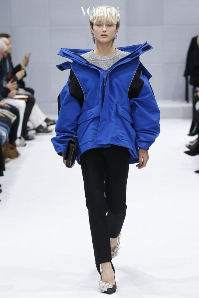 뎀나가 맡은 첫 2016 A/W 발렌시아가 쇼에서 그는 '발렌시아가스러움'이 추가된 등산 재킷을 선보였다.