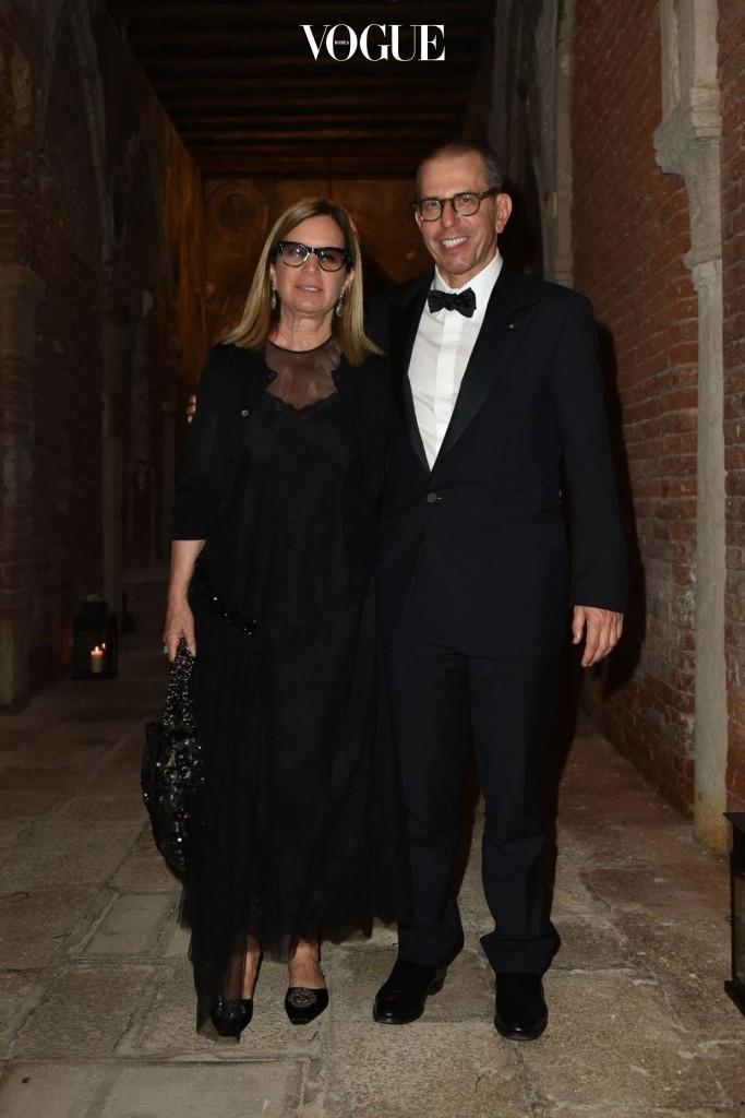 """""""Chaos and Creation"""" 애프터 파티에서 포착된 컨데나스트 인터내셔널 회장이자 CEO인 조나단 뉴하우스(오른쪽)와그의 아내 로니(왼쪽)."""