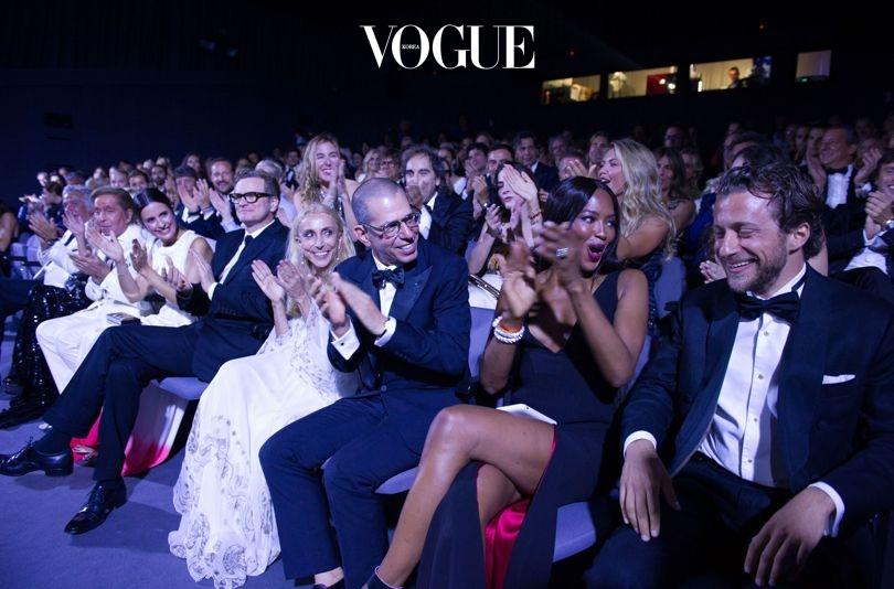 영화 스크리닝 후 환호를 받는 프란체스코 카로지니 (맨 오른쪽). 그 옆엔 나오미 캠벨, 조나단 뉴하우스, 프란카 소짜니, 콜린 퍼스, 리비아 퍼스, 발렌티노 가라바니, 지안카를로 지아메티.