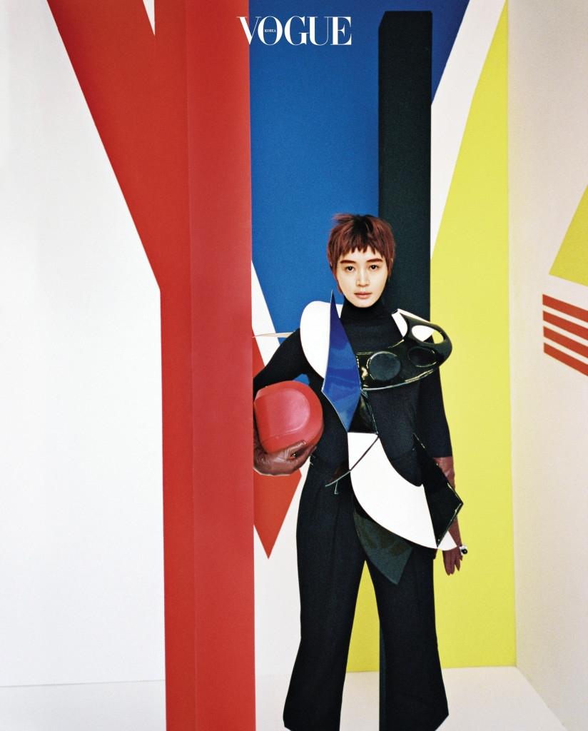 직선과 곡선, 비대칭 선과 컬러는 심플한 블랙 의상과 완벽한 조화를 이룬다. 구조적인 가죽 목걸이는 준야 와타나베(Junya Watanabe at Comme Des Garçons), 블랙 터틀넥 니트는 디올(Dior), 팬츠는 랄프 로렌(Ralph Lauren), 반지는 다비데초이(Davidechoi), 레드 숄더백은 까스텔바작(Castelbajac).